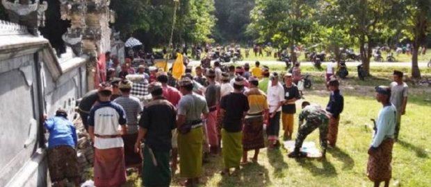 Warga Hindu dan Muslim Lunyuk Bersihkan Masjid dan Pura