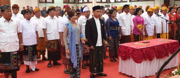 Mengenakan Sarung, H. Mulyadi Dilantik Sebagai Anggota DPRD Buleleng
