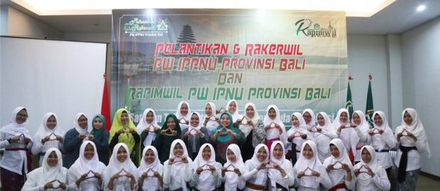 Pakaian Adat Madya Bali Warnai Pelantikan PW IPPNU Bali