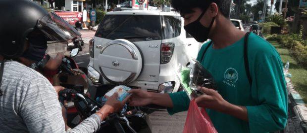 Turun di 4 Titik Kota Denpasar, BEM ISTNUBA Bagikan Masker ke Pengguna Jalan