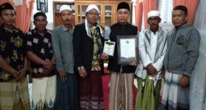 Total Membantu Santri, H. Mulyadi Terima Cinderamata dari Kiai Fadhol