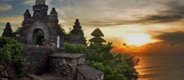 Mengapa Ada Atribut Islam Tersemat di Pura Luhur Uluwatu Badung Bali?