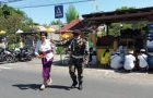 Demi Kerukunan Warga, Banser Buleleng Bantu Kelancaran Upacara Kuningan di Desa Temukus