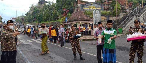 Banser dan Umat Hindu di Lumajang Berbagi Takjil