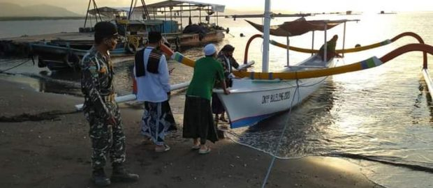 Beri Penghormatan Untuk 53 Awak Nanggala 402, Ansor Gerokgak Lakukan Tabur Bunga di Selat Bali