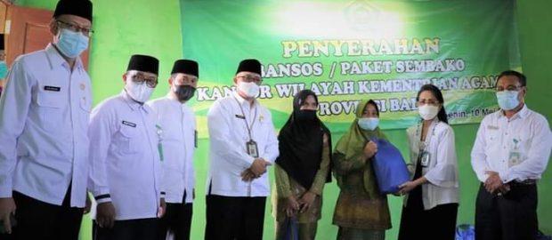 Jelang Idul Fitri Kakanwil Kemenag Provinsi Bali Bagikan 100 Paket Sembako Kepada Anggota Muslimat NU Tegallinggah