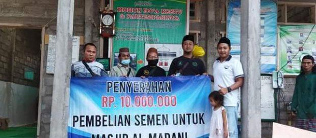 Sekretaris Takmir Masjid Jami' Singaraja Serahkan Dana Bantuan Bagi Pembangunan Masjid Al Madani Temukus